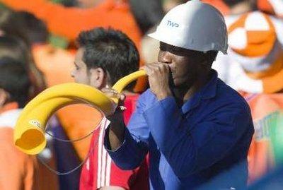 图文:热身赛智利VS新西兰 现场球迷吹喇叭