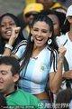 图文:阿根廷1-0尼日利亚 美女球迷激情助威