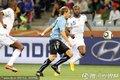 图文:法国0-0闷平乌拉圭 加拉与对方争抢