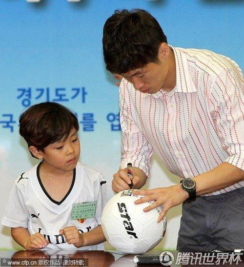 图文:朴智星出席某活动 签名足球送孩子(11)_世