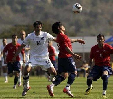 图文:热身赛智利VS新西兰 智利球员停球
