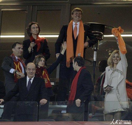 西班牙王室后援团见证历史 王子:享受这一刻