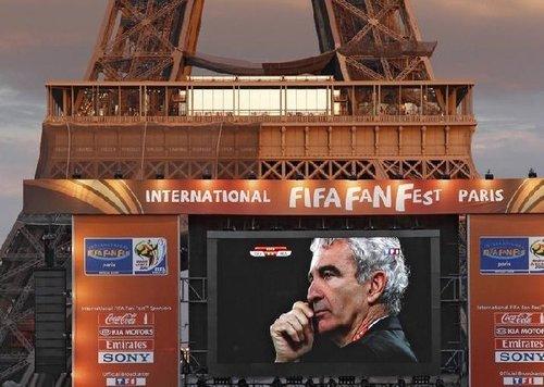 图文:A组法国VS乌拉圭 巴黎铁塔下直播比赛