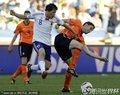 图文:荷兰1-0日本 范博梅尔用力护球