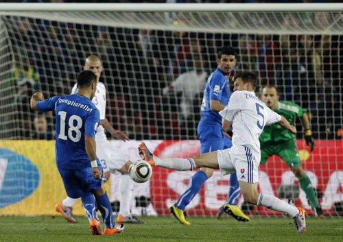 图文:斯洛伐克3-2意大利 夸利亚雷拉吊射