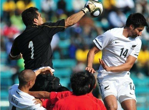 图文:热身赛智利2-0新西兰 智利队门将击球
