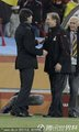 双方主教练握手