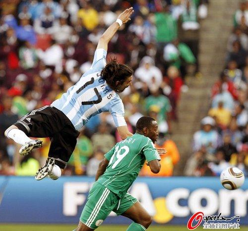 图文:阿根廷1-0尼日利亚 古铁雷斯凌空跃起