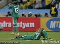 图文:尼日利亚2-2韩国 尼日利亚队员躺在球场