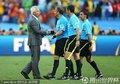 图文:荷兰1-0日本 范马尔维克握手裁判