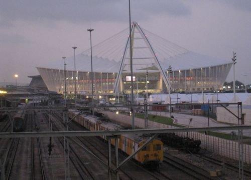 夜幕下的德班球场旁,火车轰隆隆地路过,球迷将边看球边听火车声。