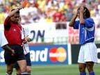 视频:小罗踩英格兰后卫 红牌罚下惹球迷不满