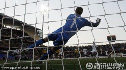 2010世界杯D组次轮:科威尔门线手球染红 吉安罚进点球多角度回放