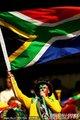 南非球迷高举国旗