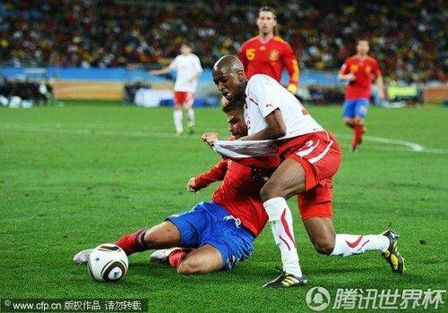 图文:西班牙vs瑞士 皮克防守仍然拼命_世界杯图