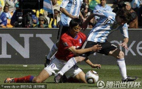韩国像伐木般砍倒梅西 艺术足球遭遇野蛮逼宫