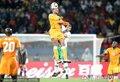 图文:科特迪瓦0-0葡萄牙 双方球员争顶头球
