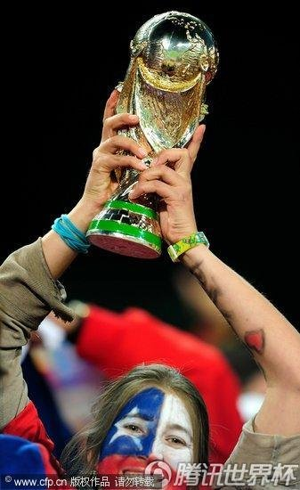 图文:智利vs西班牙 智利球迷高举大力神杯_2010南非杯