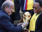 视频:大力神杯正式落座南非 副总统郑重接杯