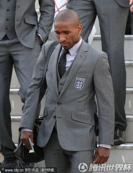 2010世界杯:英格兰黯然抵达伦敦 鲁尼神情落寞