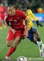 图文:巴西2-1朝鲜 郑大世带球突破