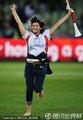 图文:德国4-1英格兰 英格兰球迷裸足奔跑