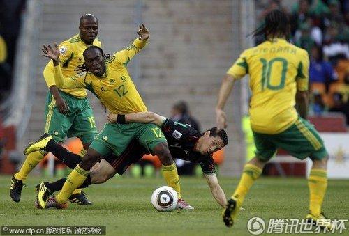 图文:揭幕战南非1-1墨西哥 球场上演武道会