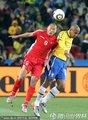图文:巴西2-1朝鲜 郑大世争顶头球