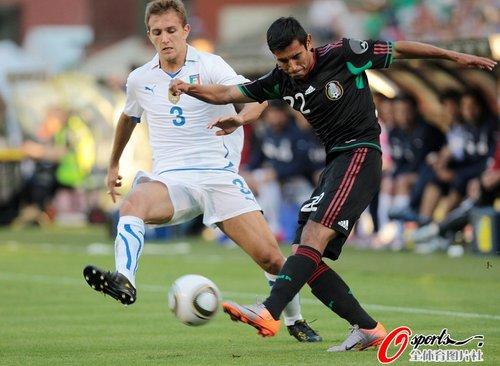 图文:世界杯热身赛意大利1-2墨西哥