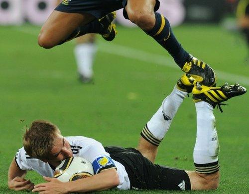 图文:德国4-0胜澳洲袋鼠 拉姆被侵犯倒地