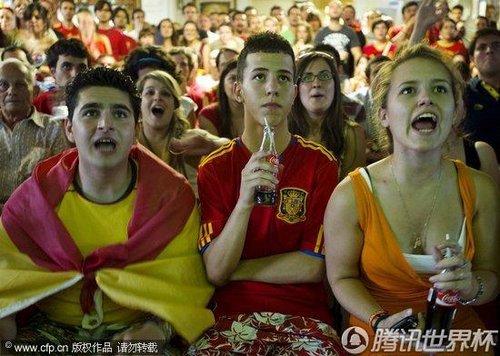 2010世界杯:西班牙球迷在荷兰观看决赛转播 兴奋庆祝球队夺冠