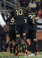 球员拥抱庆祝晋级