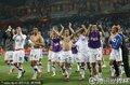 图文:意大利1-1新西兰 新西兰队员感谢球迷