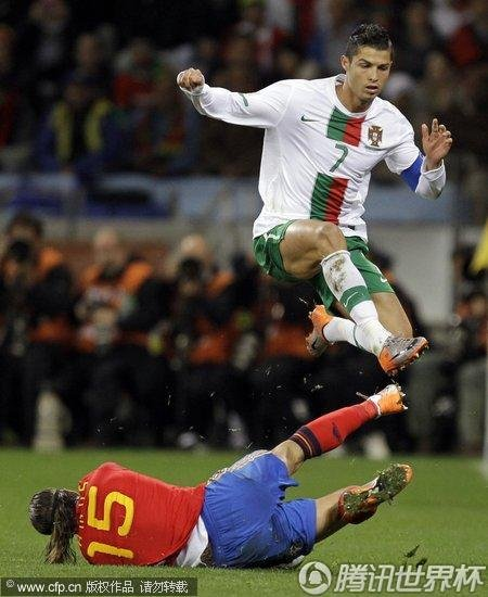 图文:西班牙VS葡萄牙 拉莫斯铲抢C罗_世界杯