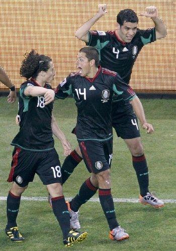 图文:揭幕战南非1-1墨西哥 墨西哥庆祝进球