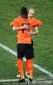图文:荷兰2-1斯洛伐克 荷兰队员拥抱
