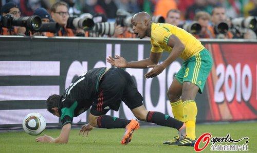 图文:揭幕战南非1-1墨西哥 墨西哥队员趴到