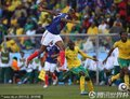 图文:法国1-2南非 双方球员激烈拼抢