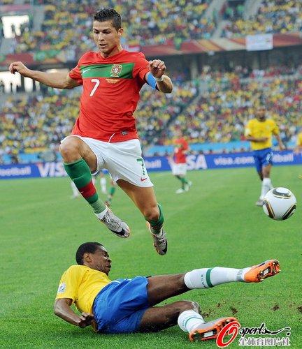 图文:葡萄牙0-0巴西 C罗跳躲飞铲
