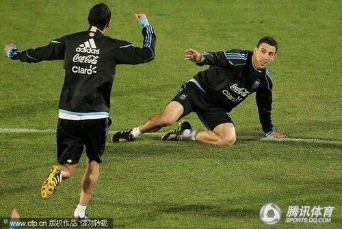 """2010世界杯前瞻:阿根廷备战老马酷似圣诞老人 秀球技""""看傻""""贝隆"""