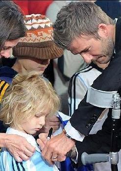 小贝竟为阿根廷球迷签名 和儿子玩橄榄球(图)