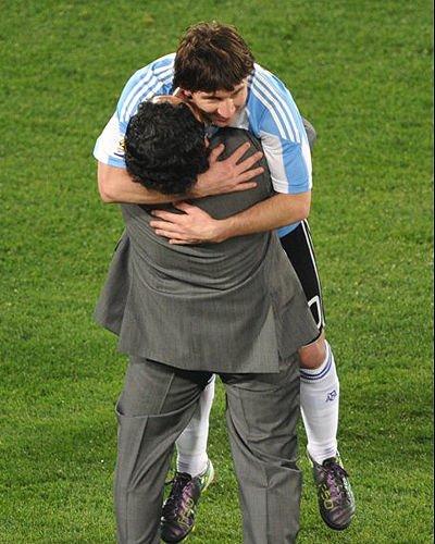 阿根廷成为最和谐球队 梅西顾大局获贝隆献吻