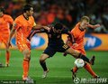 图文:荷兰0-1西班牙 佩德罗摆脱防守