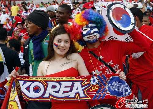 图文:韩国VS希腊 看台惊现韩国美女