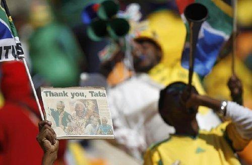 图文:南非世界杯开幕式 球迷举牌感谢曼德拉