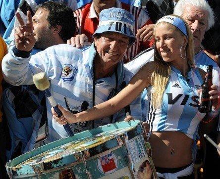 世界杯安保成巨大隐患 马拉多纳险遭玻璃瓶砸
