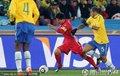 图文:巴西2-1朝鲜 朝鲜队员摆脱过人