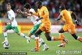图文:科特迪瓦0-0葡萄牙 双方球员激烈拼抢