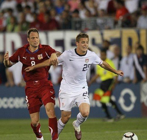 图文:热身赛捷克4-2美国 双方球员激烈拼抢