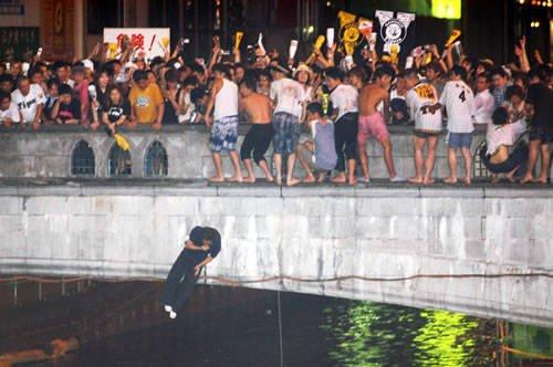世界杯给中国球迷上了一课 日本球迷跳河庆祝
